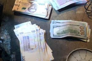 У Києві поліцейський на патрулюванні вкрав у чоловіка сумку з грошима