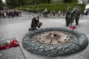 Кличко вместе с ветеранами Второй мировой возложил цветы к могиле Неизвестного солдата