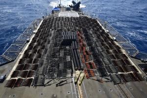 Військовий крейсер США затримав судно з партією російської зброї