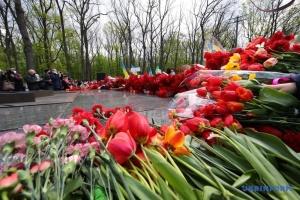 Тисячі людей поклали квіти до Меморіалу Слави у Харкові
