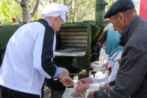 Оккупанты устроили в Севастополе парад и раздавали кашу в фуражки и ладони