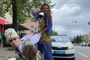В Харькове Honda таскала самодельный «ковер-самолет» с пассажирами