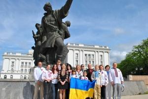 У Північній Македонії українська громада поклала квіти до пам'ятника Визволителям міста Скоп'є