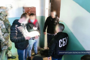 Двох підозрюваних у поширенні антиугорських листівок на Закарпатті відправили під нічний арешт