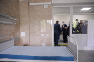 Шмигаль у Чернігові оглянув лікарню, що приймає важких COVID-пацієнтів