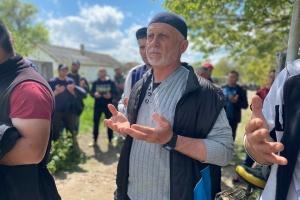 Сотни людей в Крыму выразили соболезнования семье убитого во время задержания Рахимова