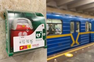 В столичном метро дефибрилляторы разместили «в свободном доступе» для пассажиров