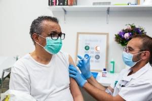Голова ВООЗ вакцинувався від коронавірусу