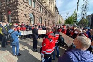 Под КГГА митингуют водители «скорой» и транспортники