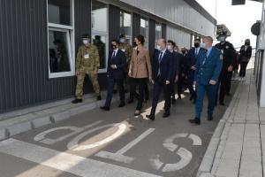 Адмінмежу з окупованим Кримом стало перетинати менше транспорту – Разумков