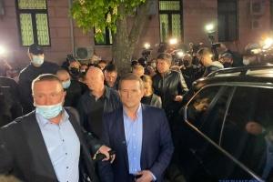 Медведчук вийшов із суду - біля його авто сталася штовханина