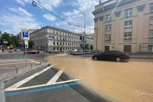 Вулицю в центрі Києва залило окропом