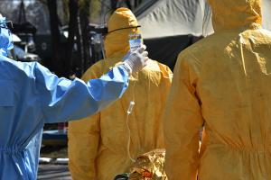 США передали украинским военным медикам специальные защитные костюмы