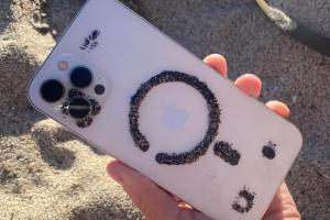 Забагато магнітів: iPhone 12 притягує до себе пісок