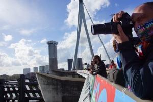 У Роттердамі фанати з мосту дивилися відкриття Євробачення