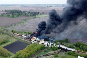 В США сошел с рельсов и загорелся поезд с химикатами