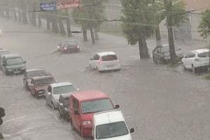 Сильный ливень с градом затопил улицы Хмельницкого