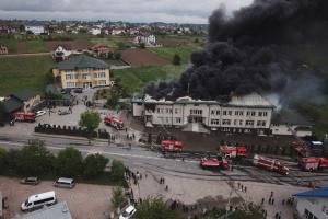 На Буковині дві години гасили масштабну пожежу на складі шин