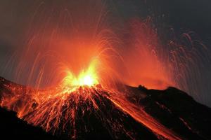 На острове Пальма продолжает бушевать вулкан - реки лавы проходят рядом с домами