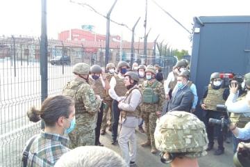 """Außenminister der Benelux-Staaten besuchen Übergangspunkt """"Schtschastja"""" an Konfliktlinie in der Ostukraine"""