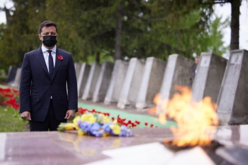 ゼレンシキー大統領、G7大使とともに東部ルハンシク州で第二次大戦犠牲者追悼