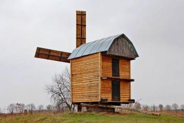 У селі на Чернігівщині сторічну хату біля вітряка перетворять на музей