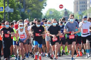 ハルキウ市でハーフマラソン開催 1000人以上参加