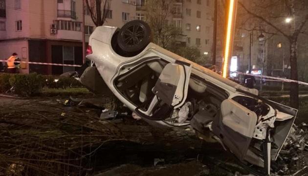 У Києві п'яний водій врізався в опору: одна людина загинула, двоє постраждалих