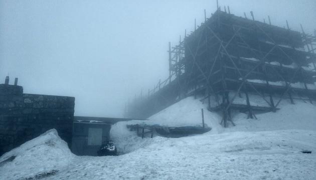 Одна з найвищих точок Карпат зустріла травень снігом і туманом