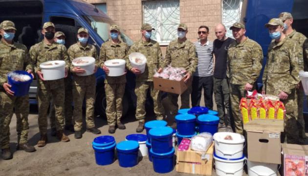 Волонтери привезли бійцям на сході 15 тисяч пасок