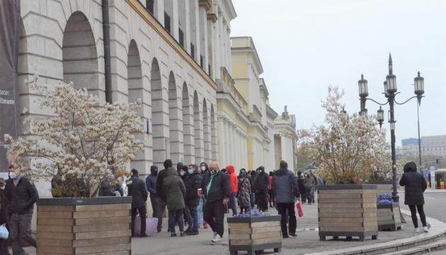 У Польщі вуличні щеплення проти COVID-19 збирають багатогодинні черги
