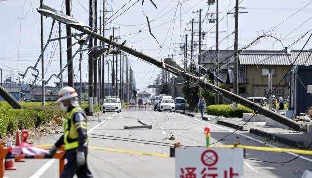 У Японії потужний торнадо зносив дахи будинків, електроопори та перевертав автівки