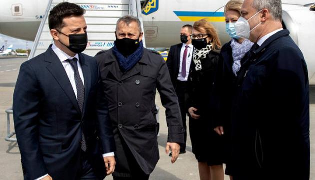 Zelenky llega en una visita a Varsovia