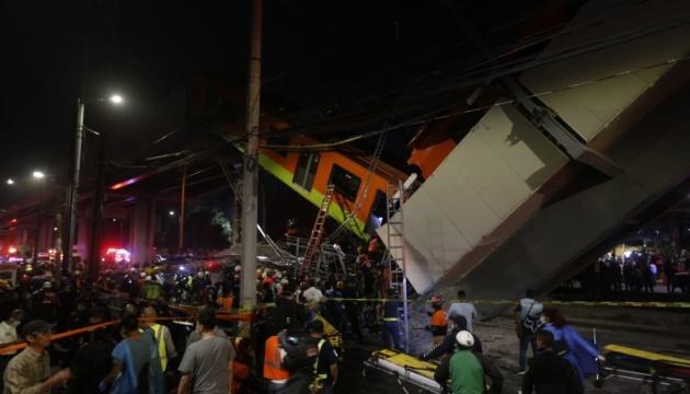 У Мексиці обвалився міст метро, 15 осіб загинули