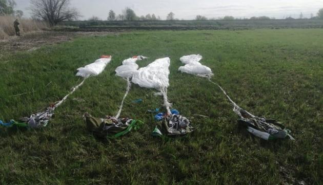 У границы с РФ на Луганщине обнаружили сумки с парашютами