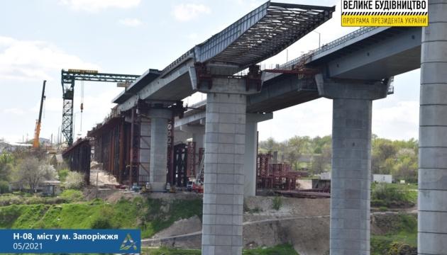 Будівництво запорізьких мостів не зупиняється попри несправність плавкрана
