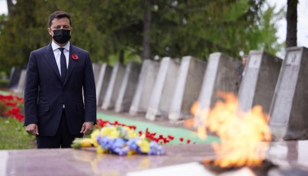 Зеленський на Луганщині вшанував пам'ять загиблих у Другій світовій війні