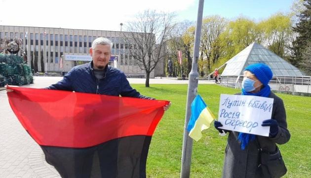 У Ризі під посольством Росії провели акцію «Стоп Путін. Стоп війна»