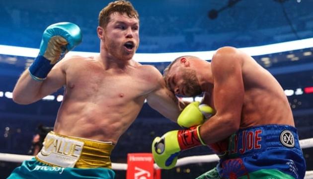 Бокс: Альварес достроково переміг Сондерса в об'єднавчому бою
