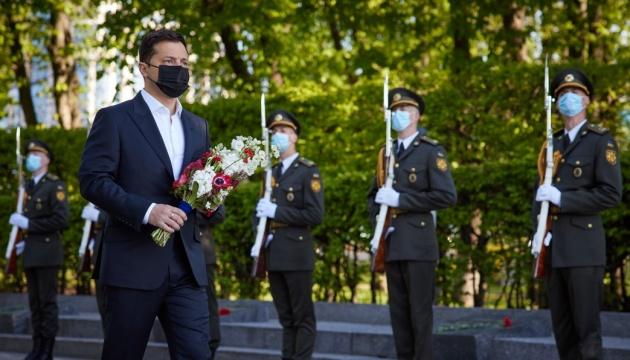 ゼレンシキー大統領、第二次世界大戦の死者追悼碑に献花