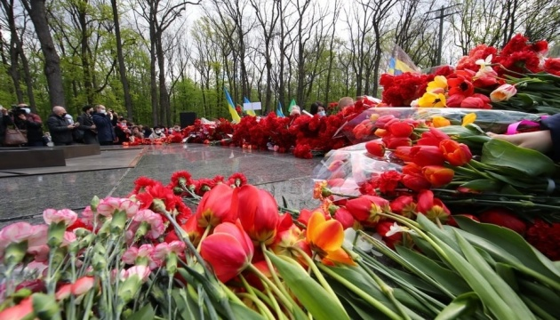 Тысячи людей возложили цветы к Мемориалу Славы в Харькове