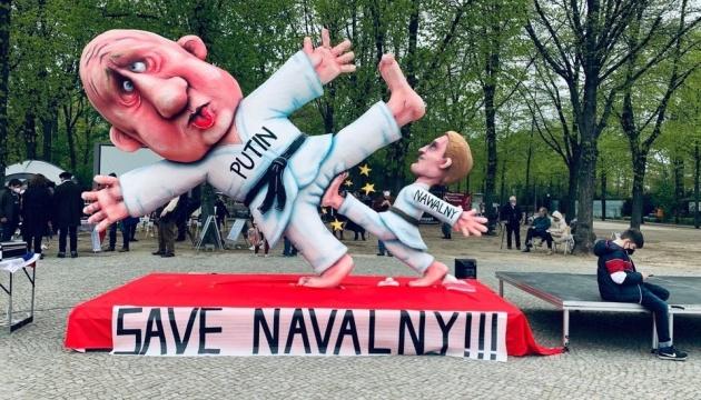 У центрі Берліна встановили велетенську «скульптуру» - Навальний б'є Путіна