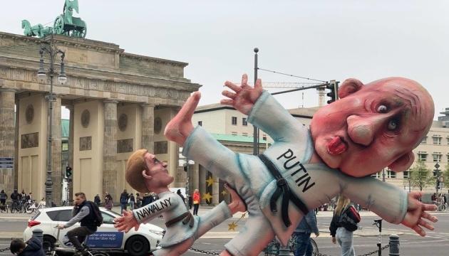 В центре Берлина установили гигантскую «скульптуру» - Навальный бьет Путина