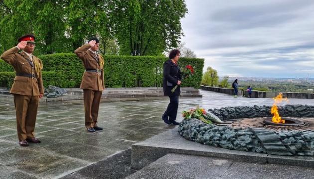 Посол Британии почтила память погибших во Второй мировой в Киеве