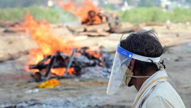 На берегу Ганга в Индии нашли десятки человеческих тел