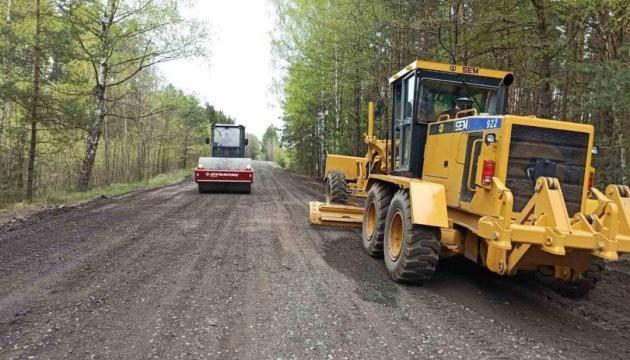 На Рівненщині оновлюють автошлях до найчистішого озера України