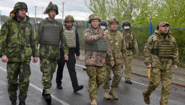 Foreign military attachés visit JFO area in eastern Ukraine