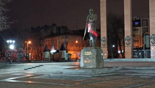 Во Львове суд вынес приговор студенту, облившему краской памятник Бандере - СМИ