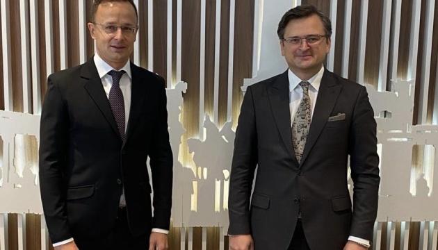 Kuleba, Szijjártó agree to continue dialogue on education and minorities