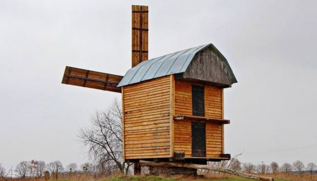 В селе на Черниговщине столетнюю хату возле ветряка превратят в музей